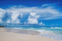 在一个热带海滩的美好的日 免版税库存照片