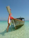 在一个热带海滩的长尾巴小船 免版税库存照片