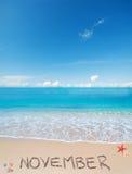 在一个热带海滩的11月在云彩下 库存照片