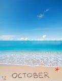 在一个热带海滩的10月在云彩下 库存照片
