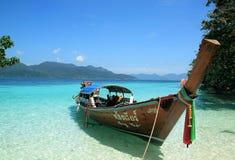 在一个热带海滩的Longtail小船,泰国 免版税库存照片