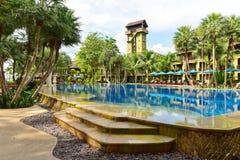 在一个热带海滩胜地的家庭水池 库存图片