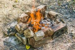 在一个热的夏日,篝火烧 库存图片