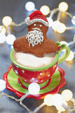 在一个热的杯子的姜饼圣诞老人热奶咖啡 库存图片