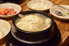在一个热的碗供食的韩国人参鸡汤 免版税库存图片