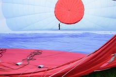 在一个热空气气球内部的人 免版税图库摄影