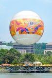 在一个热空气气球的吸引力飞行在城市从Skyrides节日停放布城 库存图片
