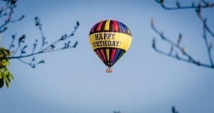 在一个热空气气球的生日快乐 免版税库存图片