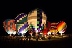 在一个热空气气球节日的夜间 免版税库存照片