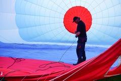 在一个热空气气球里面的飞行员 免版税库存图片
