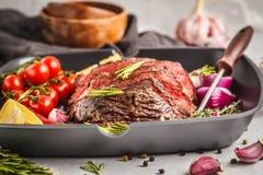 在一个煎锅的切的烤牛肉用香料和菜, wh 免版税库存照片