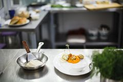 在一个煎锅的油煎的鱼在服务前 免版税图库摄影