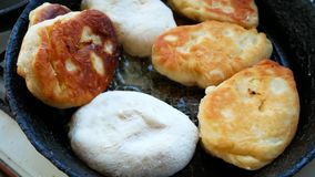 在一个煎锅的饼油炸物在油 本垒板在村庄 股票视频