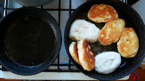 在一个煎锅的饼油炸物在油 本垒板在村庄 影视素材