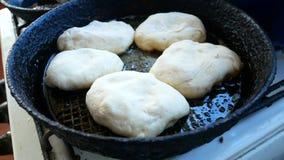 在一个煎锅的饼油炸物在油 本垒板在村庄 股票录像