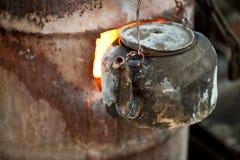 在一个煤烟灰水壶的火焰开水在穆斯林S 库存照片