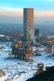 在一个煤矿的宝宝在城市在冬天 库存照片