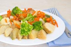 在一个牌照的混杂的蔬菜有叉子的 库存图片