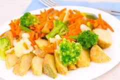 在一个牌照的混杂的蔬菜有叉子的 库存照片