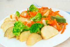 在一个牌照的混杂的蔬菜有叉子的 图库摄影