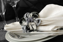 在一个牌照的装饰被折叠的餐巾有刀叉餐具的 免版税图库摄影