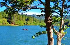在一个独木舟的乐趣在湖 免版税图库摄影