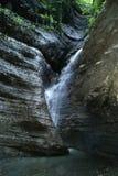 在一个狭窄的峡谷的瀑布 库存照片