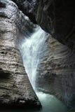 在一个狭窄的峡谷的瀑布 免版税库存照片
