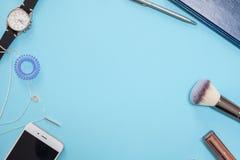在一个现代企业样式的平的被放置的模板在蓝色背景 库存图片