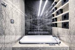 在一个现代卫生间内部的黑白大理石豪华公寓的 库存图片