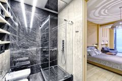 在一个现代卫生间内部的黑白大理石豪华公寓的 免版税库存照片