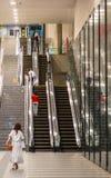 在一个现代地铁站的自动扶梯在东京-东京,日本- 2018年6月17日 免版税库存图片