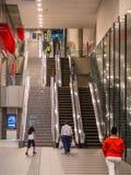 在一个现代地铁站的自动扶梯在东京-东京,日本- 2018年6月17日 图库摄影