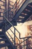 在一个现代大厦的楼梯间紧急出口的 免版税库存照片