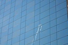 在一个现代大厦的飞机反映 库存照片