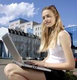 在一个现代大厦附近的大学生 免版税库存图片