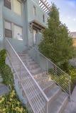 在一个现代市内住宅词条的台阶 免版税图库摄影