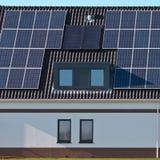 在一个现代房子的太阳电池板 免版税库存图片