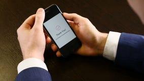 在一个现代智能手机的屏幕上的付款通知 不接触的付款 特写镜头拿着机动性的被射击男性手 股票视频