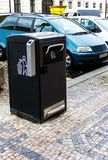 在一个现代欧洲城市的街道的回收站 免版税图库摄影