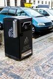 在一个现代欧洲城市的街道的回收站 免版税库存图片