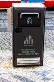 在一个现代欧洲城市的街道的回收站 库存图片