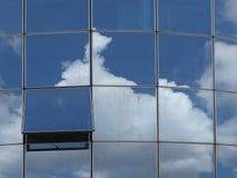 在一个现代玻璃大厦的开窗口与反射 免版税库存照片