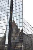 在一个现代玻璃摩天大楼的领港教会反射从波士顿街市在Massachusettes国家的美国 免版税库存图片