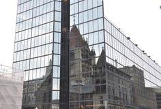 在一个现代玻璃摩天大楼的领港教会反射从波士顿街市在Massachusettes国家的美国 免版税库存照片