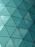在一个现代结构的有角对称玻璃镜子金属 库存图片