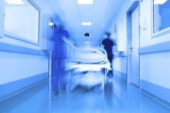 在一个现代诊所走廊的河床 免版税库存照片