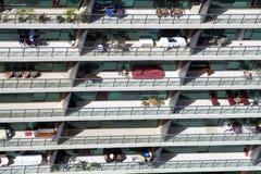 在一个现代门面排列的阳台鸟瞰图  库存照片