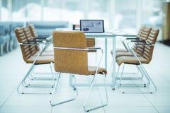 在一个现代办公室打开有财政图的便携式计算机在与经理的桌上 图库摄影