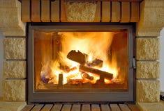 在一个现代壁炉的火焰 免版税库存照片